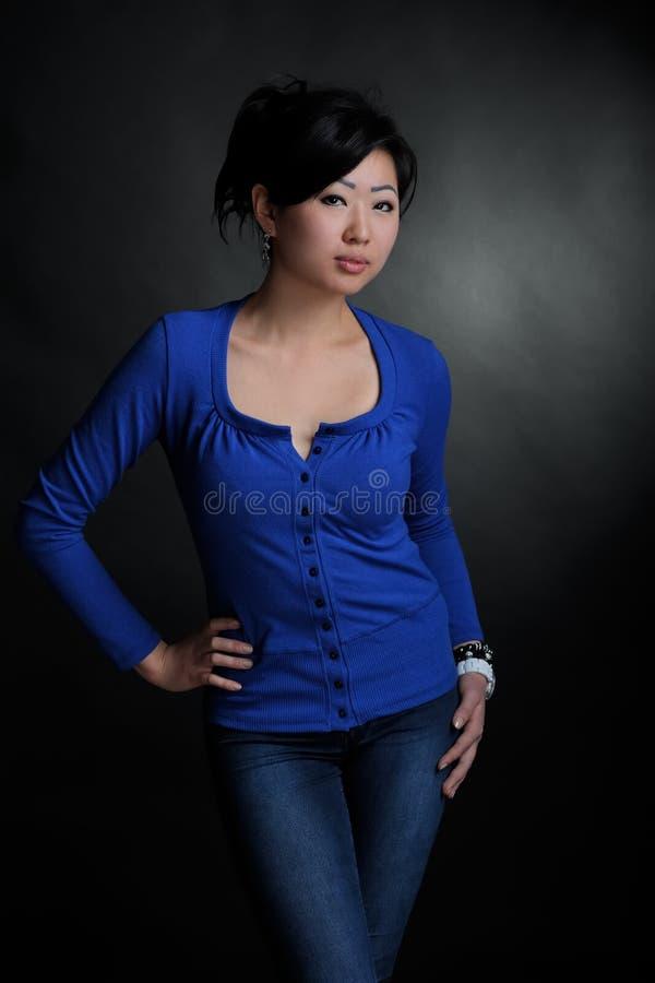 Mujer asiática en camisa azul fotos de archivo