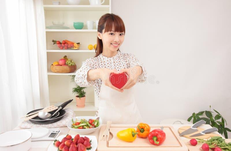 Mujer asiática en cocina con el espacio para la copia foto de archivo libre de regalías