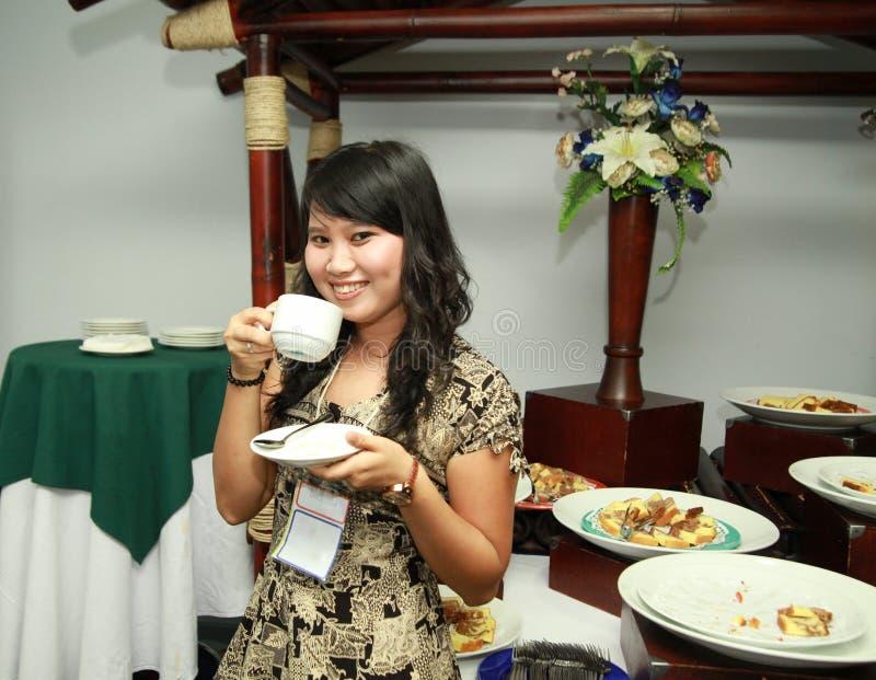 Mujer asiática en el descanso para tomar café fotos de archivo libres de regalías