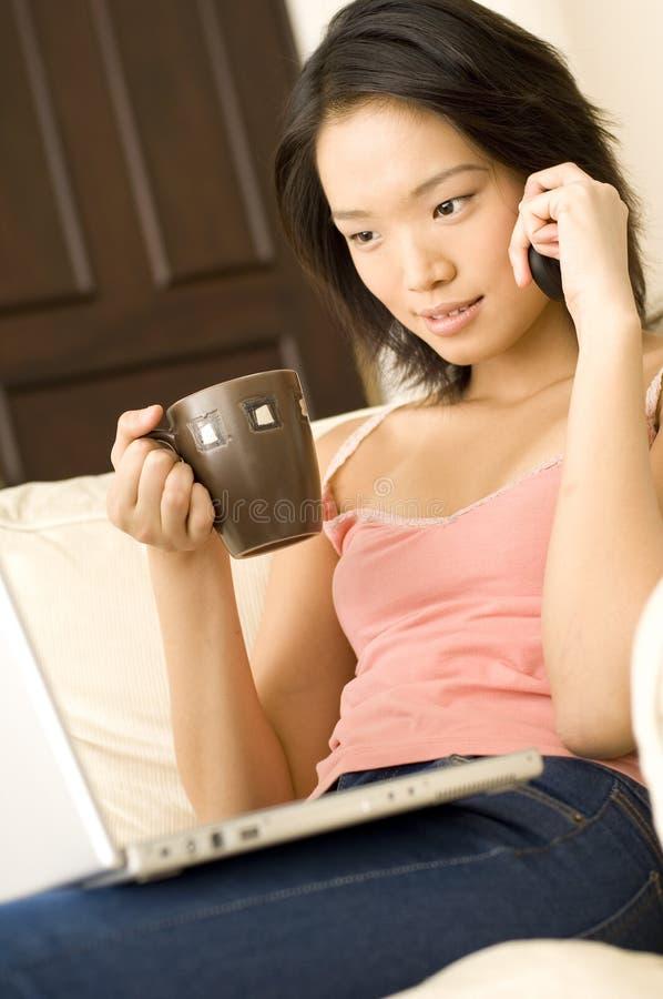 Download Mujer asiática en el país imagen de archivo. Imagen de atractivo - 1285905
