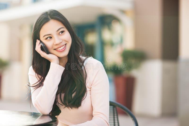 Mujer asiática en el teléfono fotografía de archivo libre de regalías