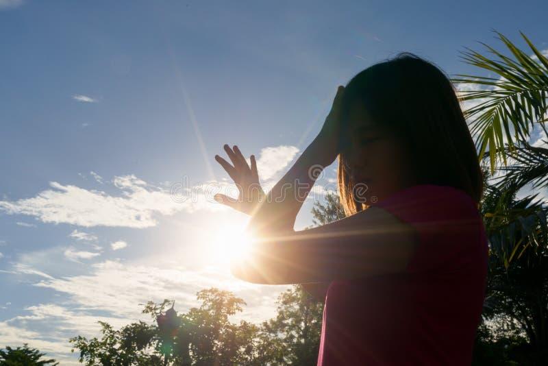 Mujer asiática en el verano caliente - concepto del golpe de calor imagen de archivo