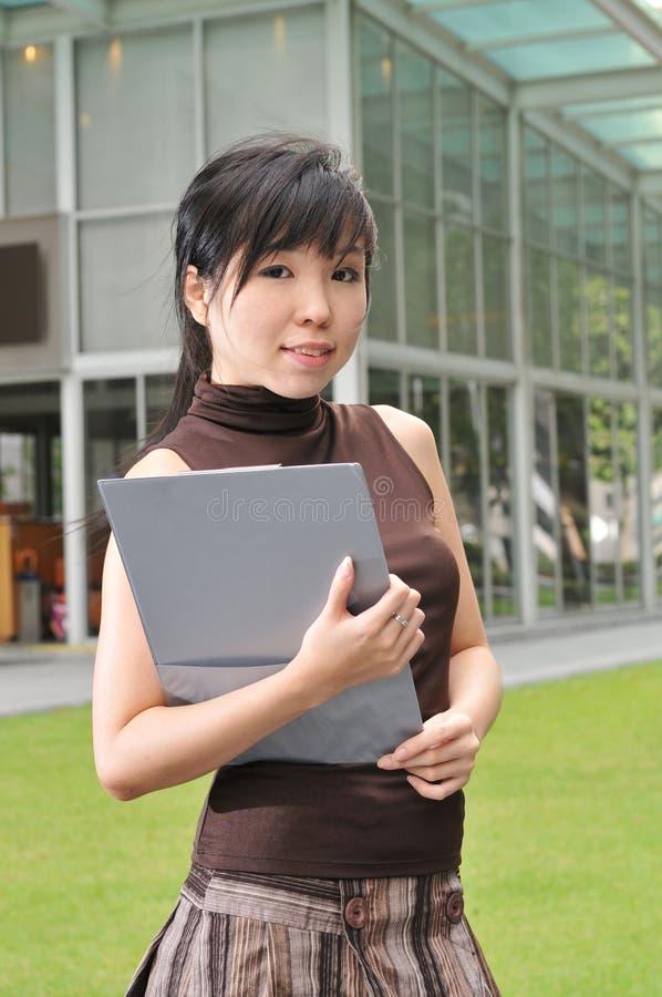 Mujer asiática en la ciudad foto de archivo