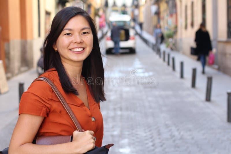 Mujer asiática en la ciudad imagen de archivo libre de regalías