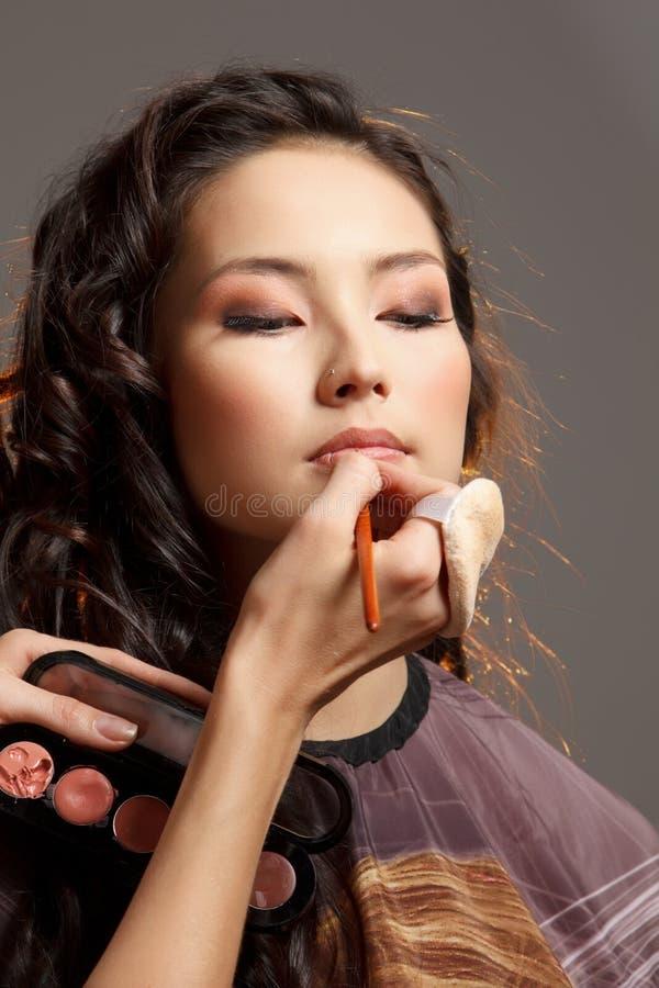 Mujer asiática en un salón de belleza. stock de ilustración