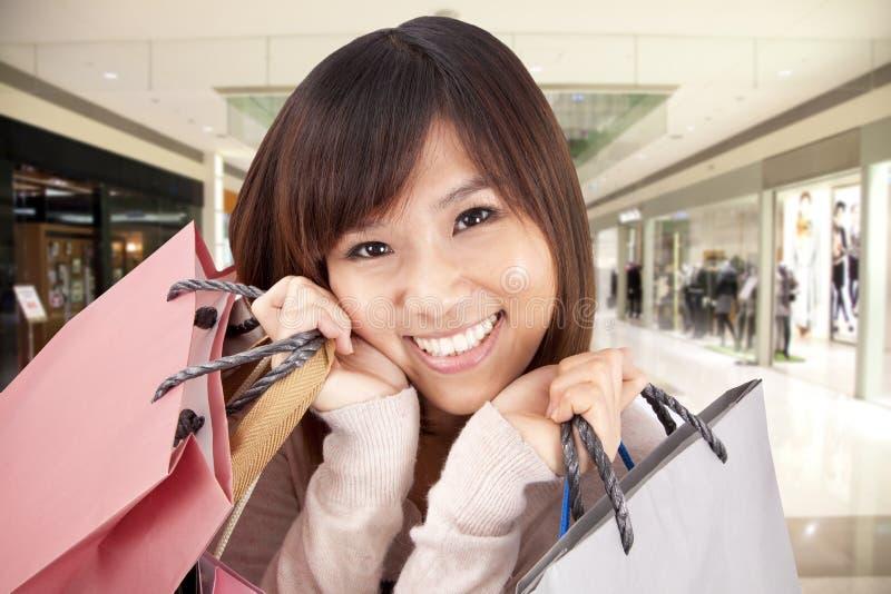 Mujer asiática en una alameda de compras imagen de archivo