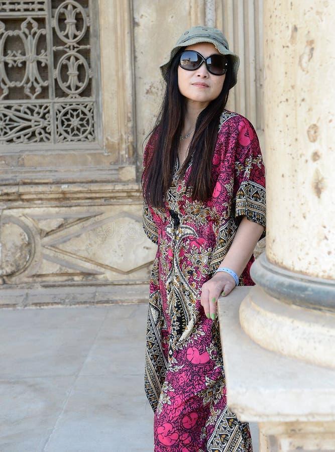 Mujer asiática en vestido de seda rosado imagen de archivo libre de regalías