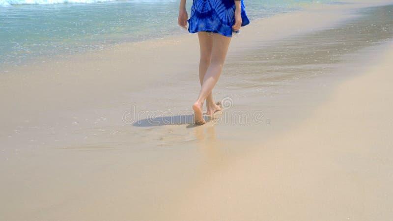 Mujer asiática feliz que camina, relajándose y gozando en la playa durante vacaciones de los días de fiesta del viaje al aire lib imagen de archivo