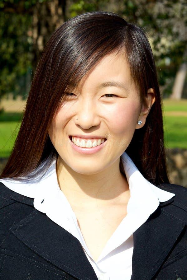 Mujer asiática feliz que sonríe en verano fotos de archivo