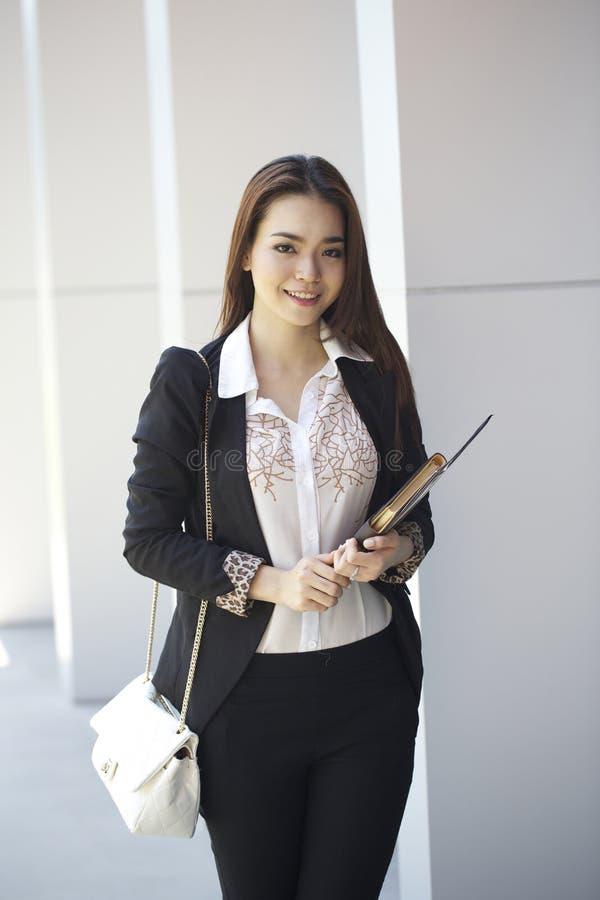 Mujer asiática hermosa - al aire libre imagenes de archivo