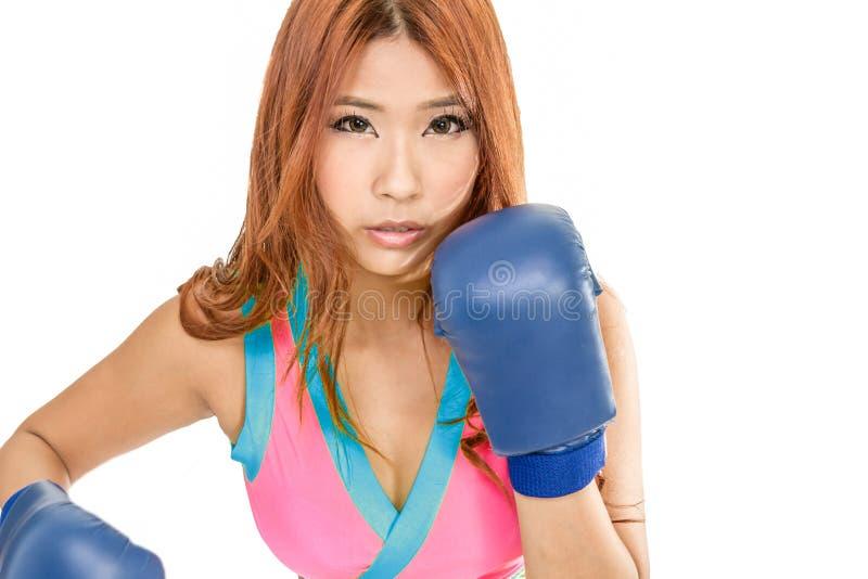 Mujer asiática hermosa con los guantes de boxeo imagenes de archivo