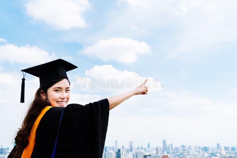 Mujer asiática hermosa del estudiante de tercer ciclo de la universidad o de la universidad en el vestido o el vestido académico  fotografía de archivo libre de regalías