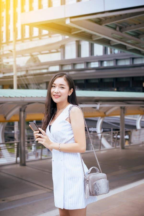 Mujer asiática hermosa que camina en la ciudad, confianza femenina del retrato feliz y sonriendo, concepto de la forma de vida imagen de archivo