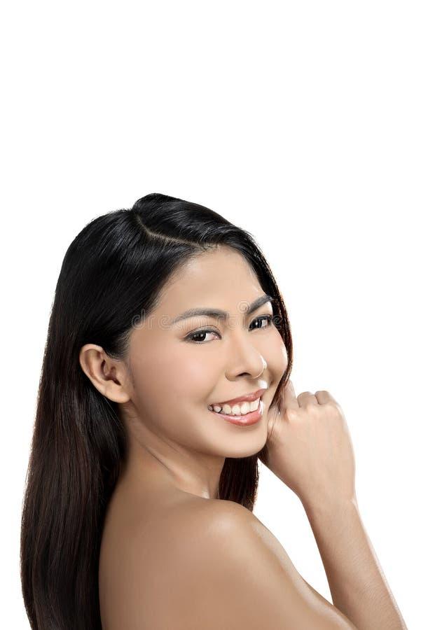 Mujer asiática hermosa que goza de su pelo negro y piel limpia imagenes de archivo