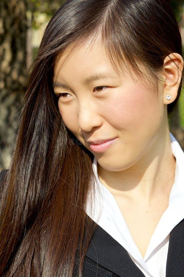 Mujer asiática hermosa que sonríe en el sol imágenes de archivo libres de regalías