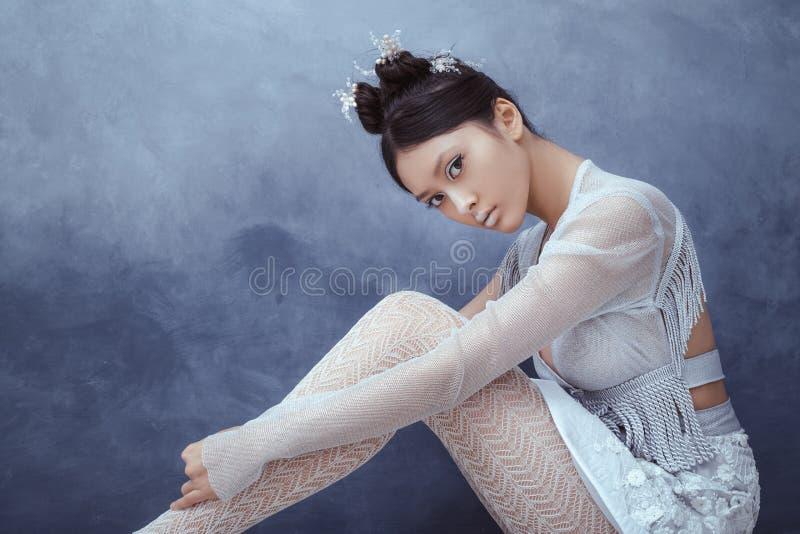 Mujer asiática joven atractiva futurista foto de archivo libre de regalías