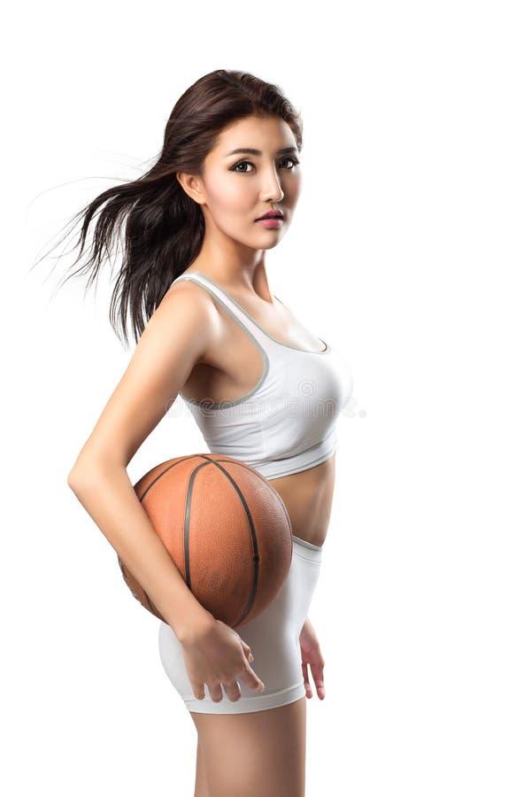 Mujer asiática joven con baloncesto foto de archivo libre de regalías