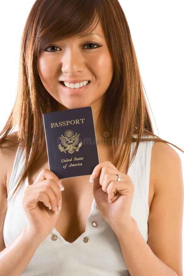 Mujer asiática joven con el pasaporte americano a disposición imagen de archivo libre de regalías