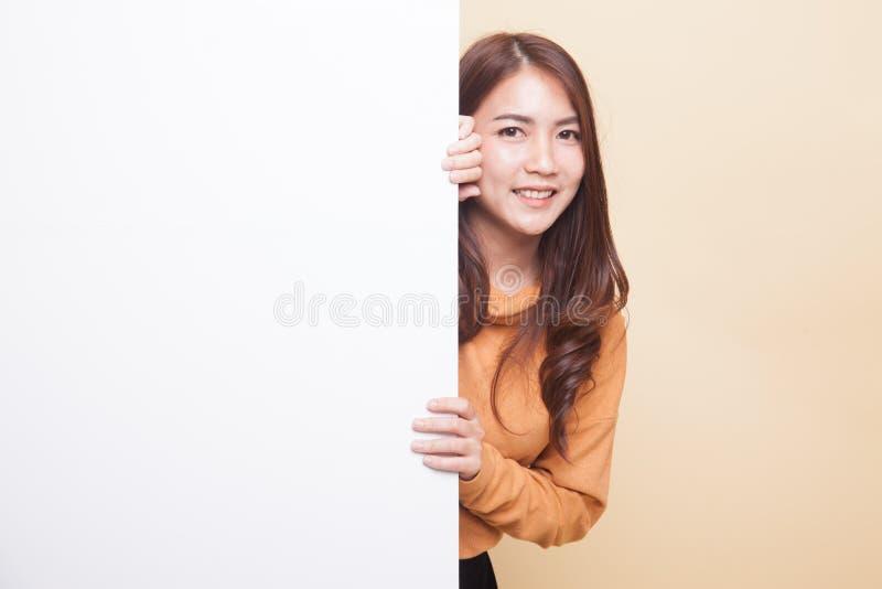 Mujer asiática joven con la muestra en blanco imagenes de archivo