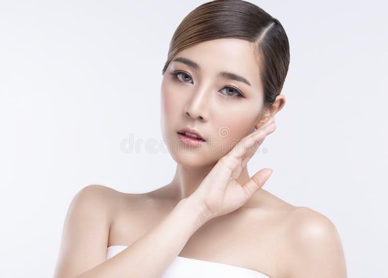 Mujer asiática joven de la belleza con la piel facial perfecta Gestos para el balneario y la cosmetología del tratamiento del anu imágenes de archivo libres de regalías