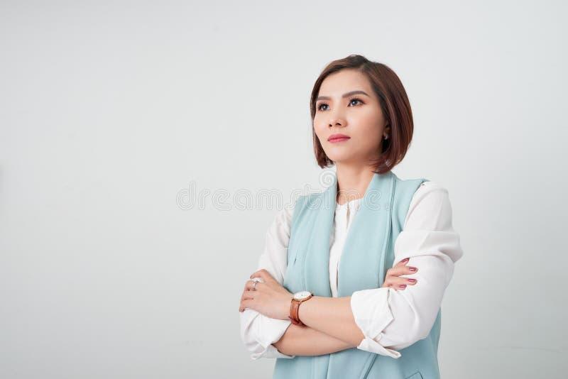 Mujer asiática joven del empresario, brazos de la mujer de negocios cruzados en el fondo blanco fotografía de archivo