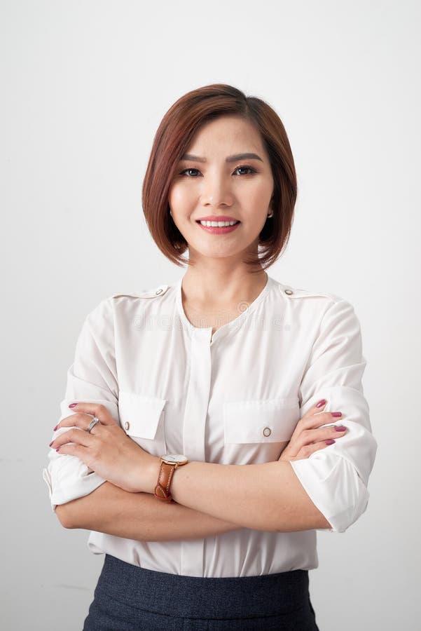 Mujer asiática joven del empresario, brazos de la mujer de negocios cruzados en el fondo blanco imágenes de archivo libres de regalías