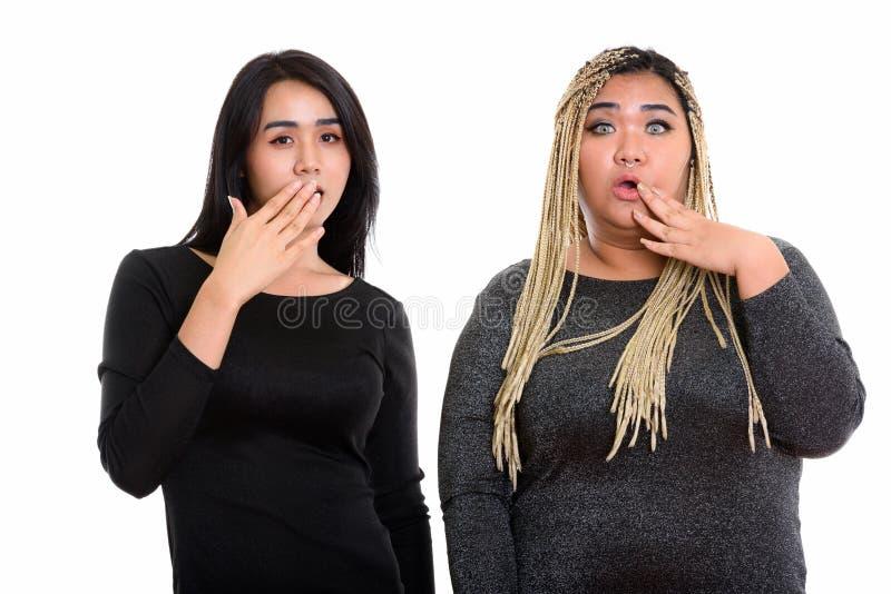Mujer asiática joven del transexual y mujer asiática gorda que mira el shocke imagen de archivo libre de regalías