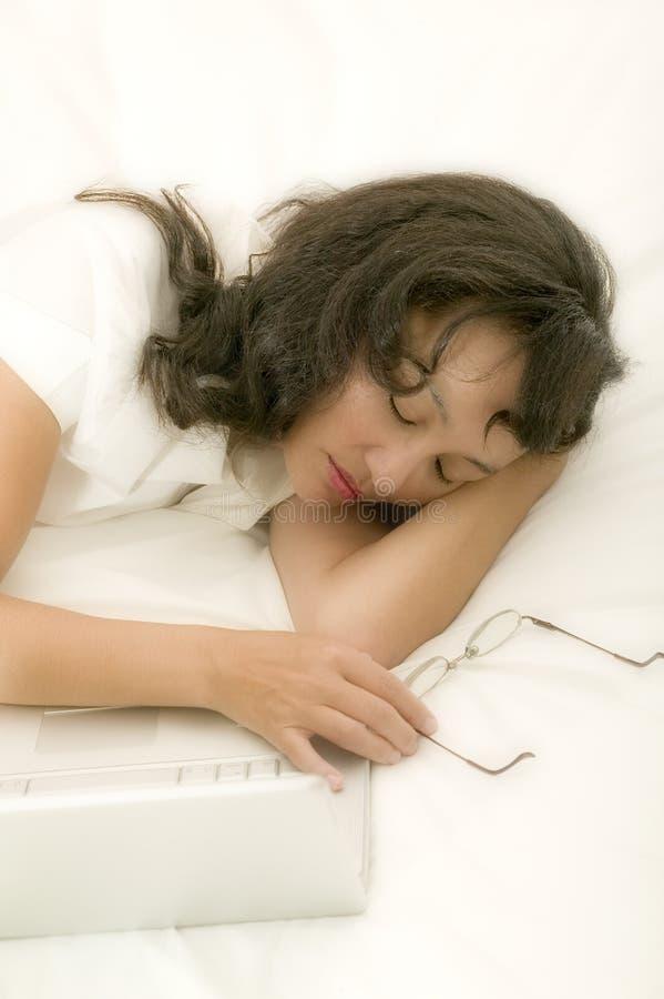 Mujer asiática joven en cama foto de archivo
