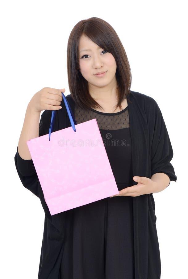 Mujer asiática joven feliz con el bolso de compras imagen de archivo libre de regalías