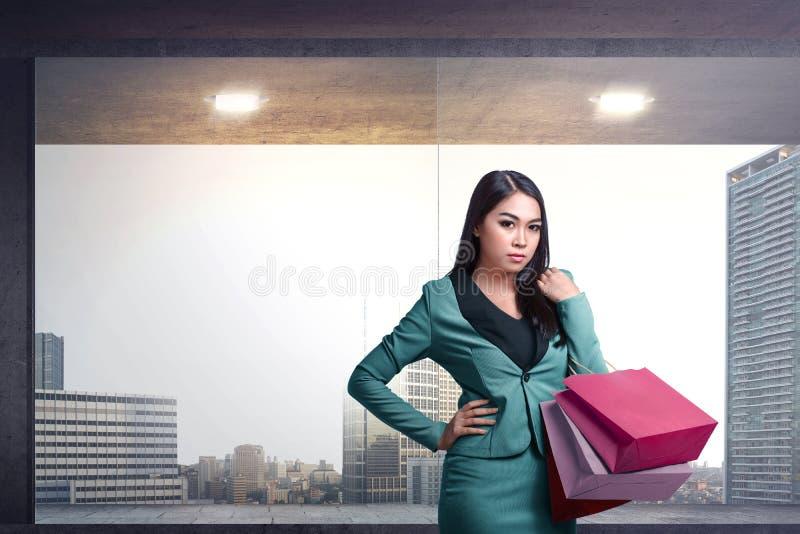 Mujer asiática joven feliz con el bolso de compras imagen de archivo