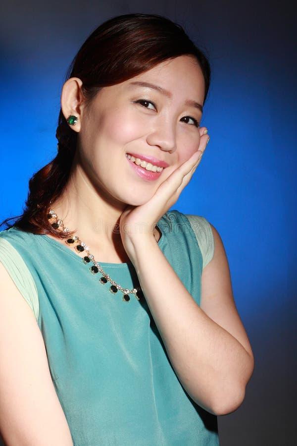Mujer asiática joven hermosa foto de archivo