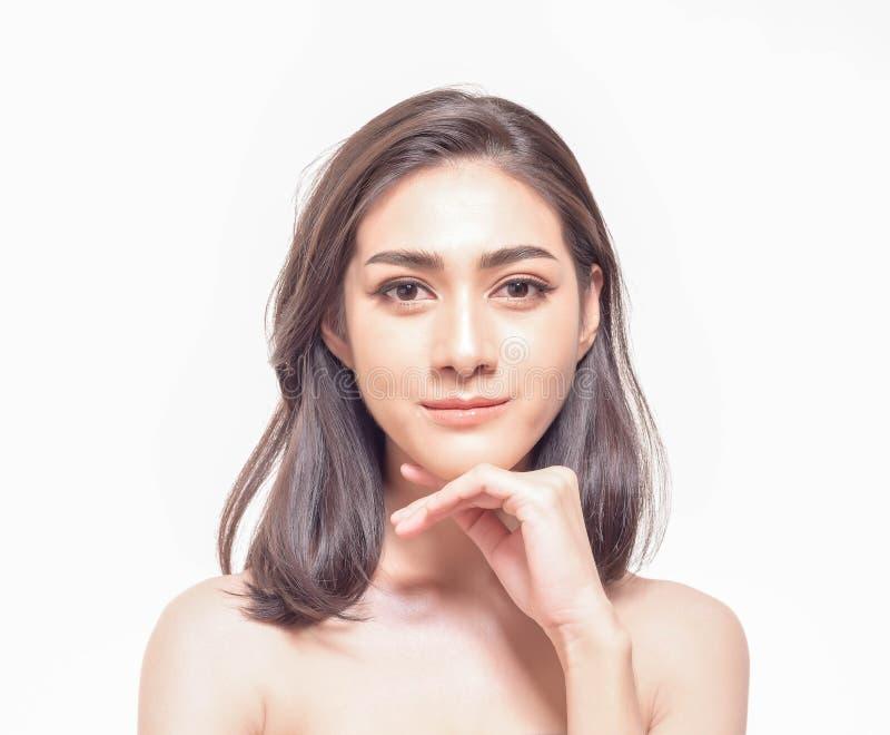 Mujer asiática joven hermosa con tacto fresco claro de la piel su propia cara Tratamiento facial, despedregadora de la piel, cosm fotos de archivo