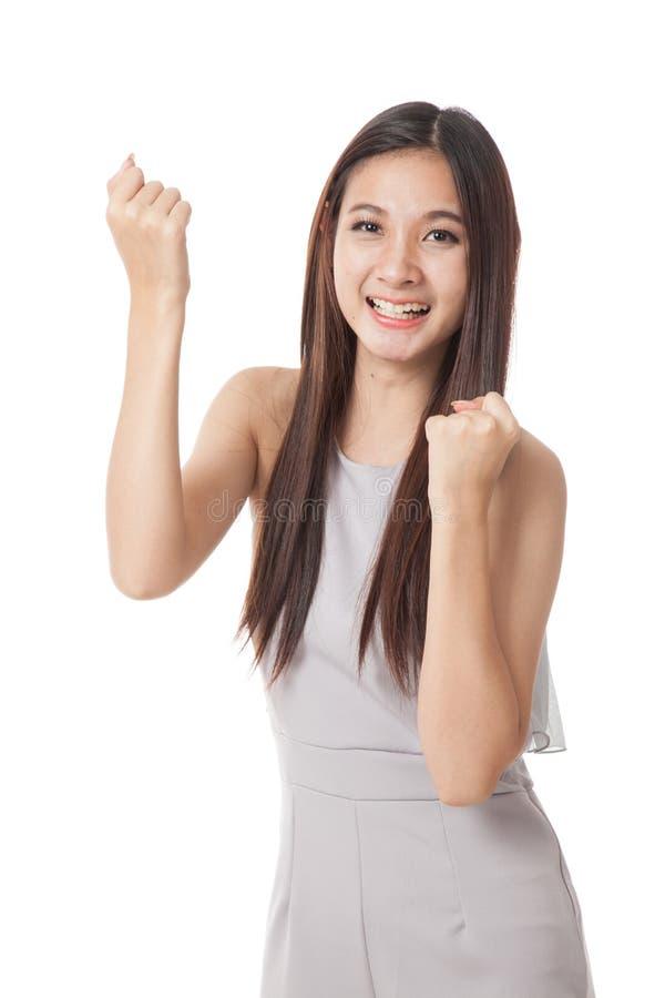 Mujer asiática joven hermosa feliz con ambos puño para arriba fotos de archivo