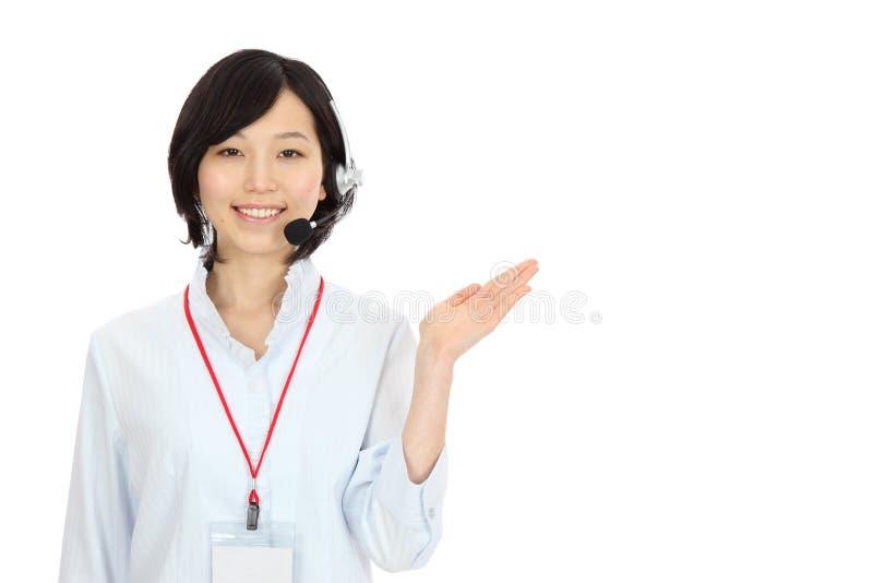 Mujer asiática joven que lleva a cabo las manos imágenes de archivo libres de regalías