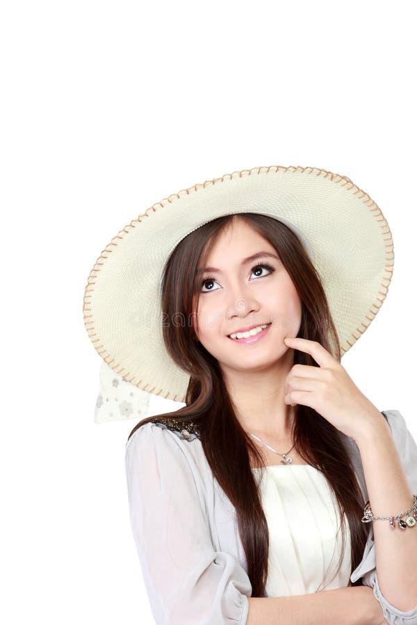Mujer asiática joven que piensa y que mira para arriba para copiar el espacio imagen de archivo libre de regalías