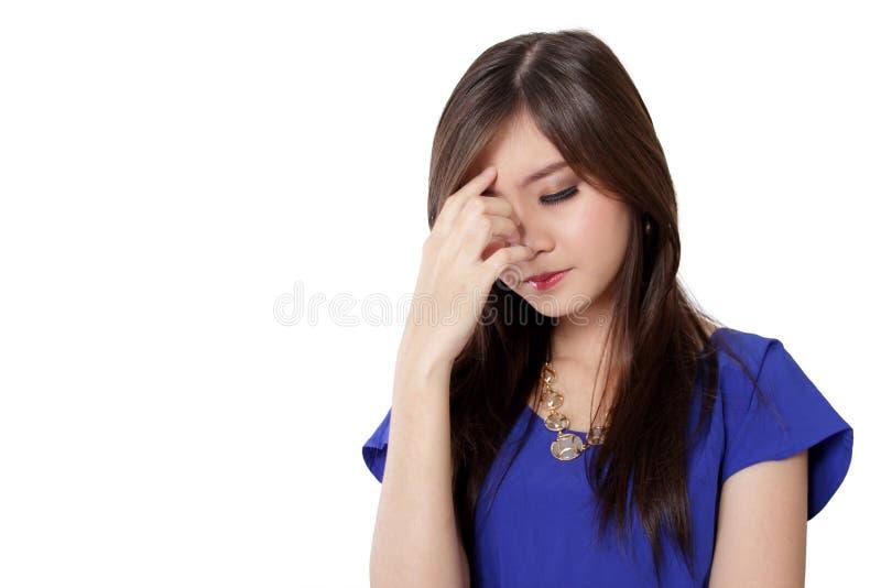 Mujer asiática joven que tiene un dolor de cabeza, aislado en blanco fotografía de archivo