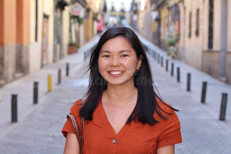 Mujer asiática joven sofisticada al aire libre fotografía de archivo