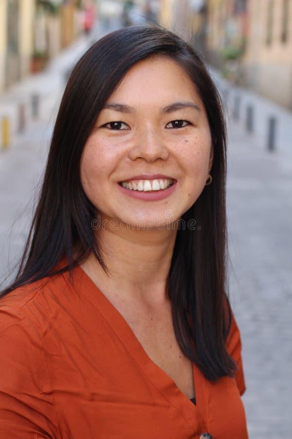 Mujer asiática linda con la expresión alegre imagen de archivo