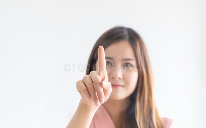 Mujer asiática linda que empuja en ventanas de una pantalla táctil fotografía de archivo