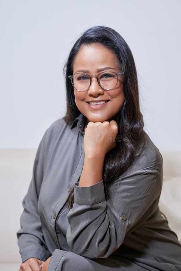 Mujer asiática moderna hermosa que se inclina a mano imagenes de archivo