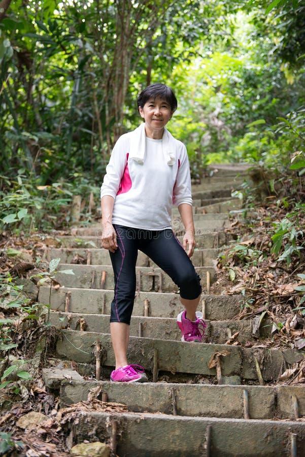 Mujer asiática que camina en selva imágenes de archivo libres de regalías