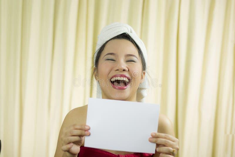 Mujer asiática que celebra la bandera en blanco vacía y la actuación ella lleva una falda para cubrir su pecho después del pe imagen de archivo libre de regalías