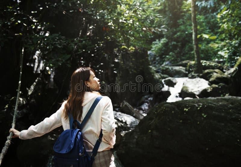 Mujer asiática que disfruta de un viaje al aire libre fotos de archivo