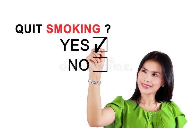 Mujer asiática que está de acuerdo sobre fumar abandonado fotos de archivo