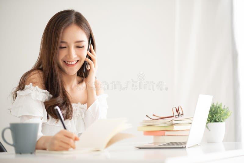 Mujer asiática que habla con el cliente imagen de archivo