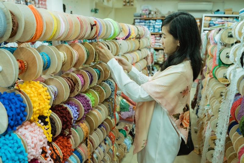 mujer asiática que hace compras alguna decoración de la tela fotos de archivo libres de regalías