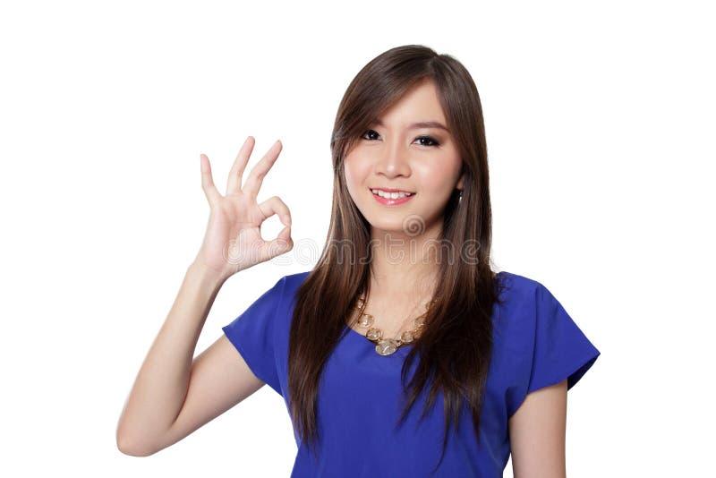 Mujer asiática que hace un gesto de mano aceptable fotografía de archivo