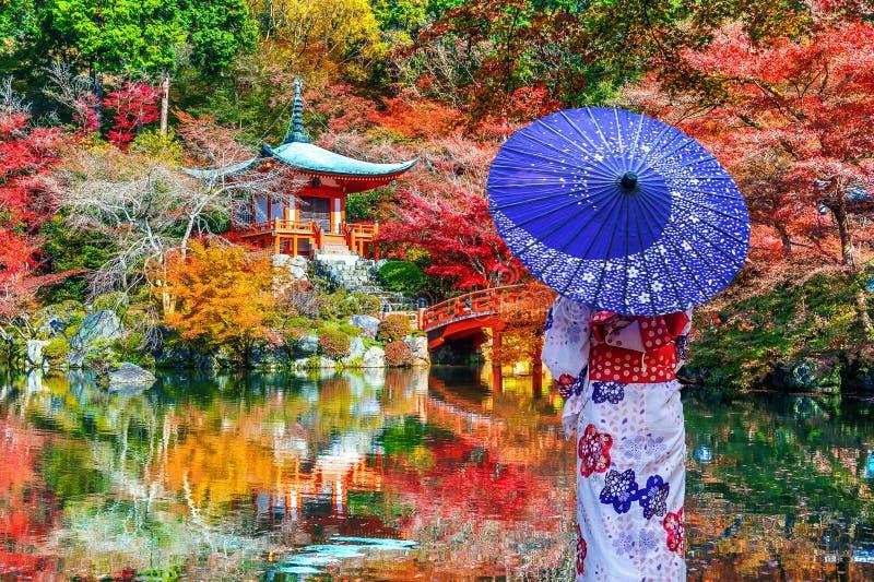 Mujer asiática que lleva el kimono tradicional japonés en el templo de Daigoji, Kyoto Estaciones del otoño de Japón imagenes de archivo
