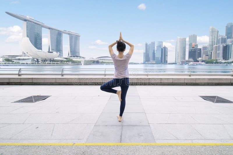 Mujer asiática que medita en el puente de la explanada fotos de archivo libres de regalías