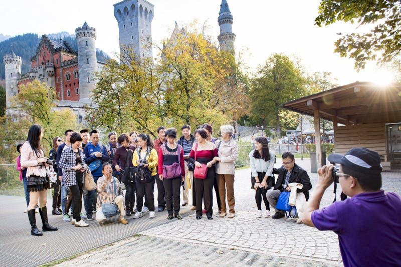 Mujer asiática que muestra la victoria para la foto delante del castillo fotos de archivo libres de regalías